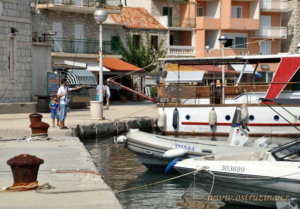 Igrane přístav s rybářem