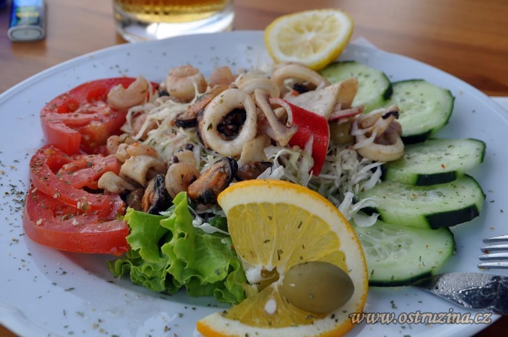 Igrane jídlo salát s mořskými plody